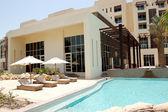 плавательный бассейн в роскошный отель, остров саадият, абу-даби, u — Стоковое фото