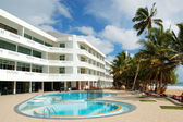 Swimming pool and beach at the popular hotel, Bentota, Sri Lanka — Stock Photo