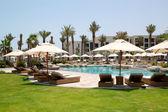 Yüzme havuzları ve plaj lüks otelde, saadiyat adası, bir — Stok fotoğraf