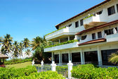 Luksusowy hotel i zielony trawnik, bentota, sri lanka — Zdjęcie stockowe