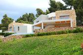 Luksusowych willi i zielony trawnik, halkidiki, grecja — Zdjęcie stockowe