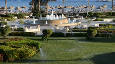 The fountain near beach at the luxury hotel and lawn irrigation, Sharm el Sheikh, Egypt — Stock Video