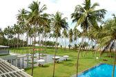 The swimming pool and beach of luxury hotel, Bentota, Sri Lanka — Stock Photo