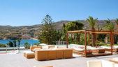 Moderna hut och solstolar på lyx hotell, kreta, grekland — Stockfoto