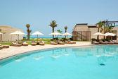 Swimming pools and beach at the luxury hotel, Saadiyat island, A — Stock Photo