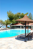 Swimming pool and bar by a beach at the luxury hotel, Halkidiki — Stock fotografie