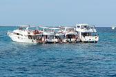 HURGHADA, EGYPT - DECEMBER 6: Snorkeling tourists and motor yac — Stock Photo