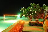 スイミング プールと夜 illuminatio の高級ホテルのビーチ — ストック写真