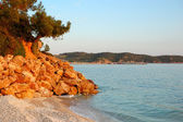 Beach at the luxury hotel during sunset, Thassos island, Greece — Stock Photo