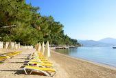 Strand op mediterrane turkse resort, fethiye, turkije — Stockfoto