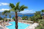 Swimming pool and beach on Mediterranean turkish resort, Bodrum, — Foto de Stock