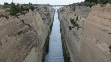 The Corinth Canal connects the Gulf of Corinth with the Saronic Gulf in the Aegean Sea, Peloponnes, Greece — Stock Video