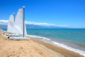 Sail yachts on the beach on Ionian Sea at luxury hotel, Peloponn — Stock Photo
