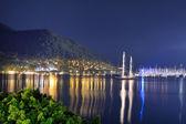 Yacht presso il molo e la spiaggia di illuminazione notturna, marmaris, tu — Foto Stock