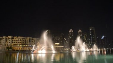 DUBAI, UAE - SEPTEMBER 10: Night view on Down town and Dancing fountains, on September 10, 2013, Dubai, UAE. In the city of artificial channel length of 3 kilometers along the Persian Gulf. — Stock Video