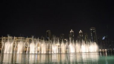 DUBAI, UAE - SEPTEMBER 10: Night view on Down town and Dancing fountains in Dubai city, UAE — Stock Video