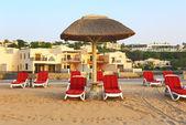 Strand des luxushotels bei sonnenuntergang, ras al-khaima, vereinigte arabische emirate — Stockfoto