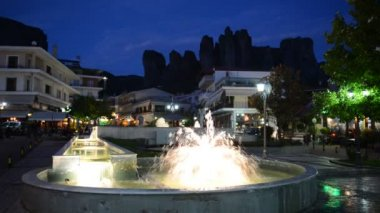 View on the fountain in Kalambaka village and Meteora mountains at background, Greece — Stock Video