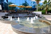 高級ホテルで、ドバイ、アラブ首長国連邦の屋外テラス付近の噴水 — ストック写真