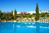 The swimming pool, sunbeds at luxury hotel, Peloponnes, Greece — Stock Photo