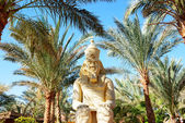 Outdoor decoration with Pharaoh statue at the luxury hotel, Shar — Stock Photo