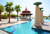 The swimming pool near beach in Thai style hotel on Palm Jumeira — Stock Photo