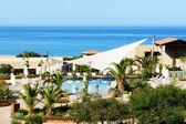 Yüzme havuzu yakınındaki kumsalda lüks otel, peloponnes, yunanistan — Stok fotoğraf