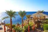 Outdoor restaurant and beach at the luxury hotel, Sharm el Sheik — Stock Photo