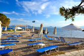Sunbeds on the beach at luxury hotel, Peloponnes, Greece — Stockfoto