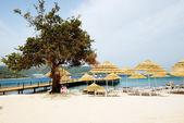 Plaża z białym piaskiem w luksusowy hotel, bodrum, turcja — Zdjęcie stockowe