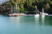 Jachty na molo na śródziemnomorskiej riwiery tureckiej, fethiye, tur — Zdjęcie stockowe