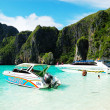 KOH PHI PHI, THAILAND - SEPTEMBER 13: Motor boats on turquoise w — Stock Photo #43103429