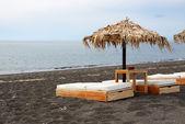 The beach with black volcanic stones at Santorini island, Greece — Stock Photo