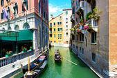 Venedig, italien - juni: die gondel mit touristen ist auf wasser c — Stockfoto