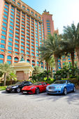DUBAI, UAE - SEPTEMBER 11: The Atlantis the Palm hotel and limou — Stock Photo