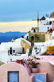 OIA, GREECE - MAY 17: The sunset in Oia town and tourists enjoyi — Stock Photo