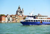 VENICE, ITALY - JUNE 16: The passenger ship with tourists is on  — 图库照片