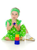 Little girl is playing with toy pyramid — Stockfoto