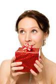 Vacker kvinna med en gåva i händer leta upp — Stockfoto