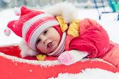 赤い上着を着た美しい幸せな女の子 — ストック写真