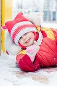 Hermoso niño feliz en la chaqueta roja. — Foto de Stock