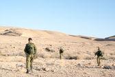 патруль солдат в пустыне — Стоковое фото
