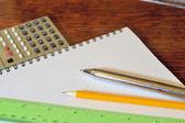 Tabela i długopisy — Zdjęcie stockowe