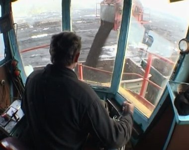 Booth of the excavator. Coal loading — Stock Video