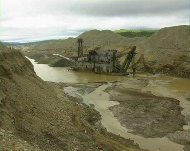 Draga barcaça no rio. mina de ouro. — Vídeo Stock