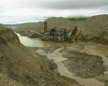 Dredge barge on river. Gold mine. — Stock Video