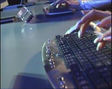 Rápido escribiendo en el teclado de la computadora. — Vídeo de stock