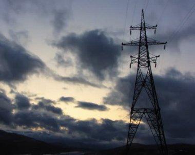 Laps de temps de courir les nuages avec pylône électrique — Vidéo