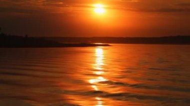 Eau qui reflète un coucher de soleil. — Vidéo