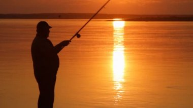 Fisherman silhouette at sunset — Stock Video